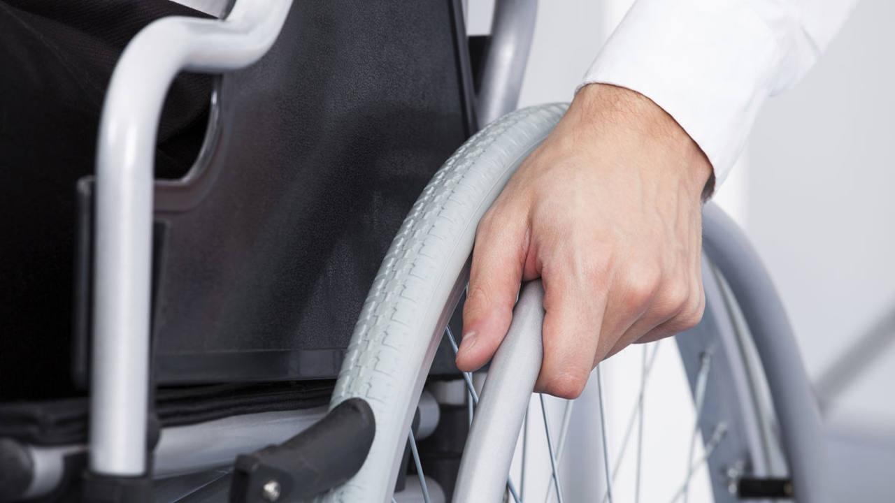 Hombre en silla de rueda