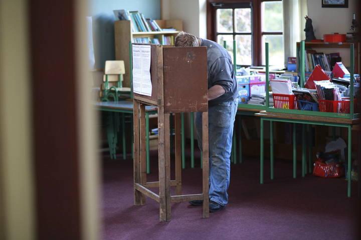Un hombre vota en el Colegio Nacional de Doolargy en Ravensdale (Irlanda)