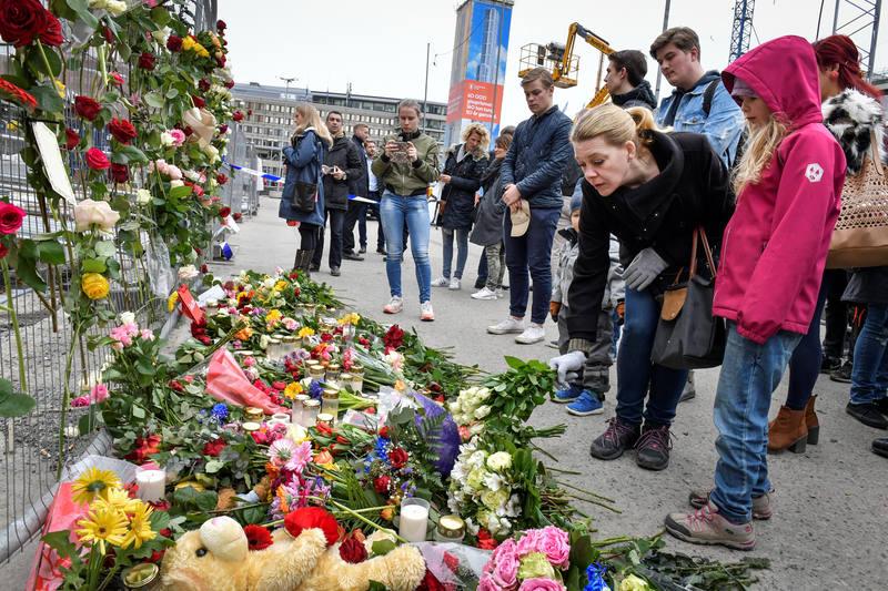 Homenaje improvisado a las víctimas en la calle Drottniggatan, donde tuvo lugar el ataque