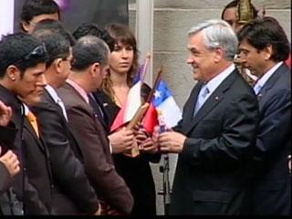Los mineros chilenos rescatados son homenajeados por su gobierno