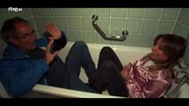 Reichel y David prueban la bañera del hotel