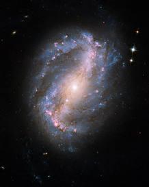 Ésta es la primera fotografía tomada por el Telescopio Hubble tras su reparación. Se trata de la galaxia en espiral NGC 6217.