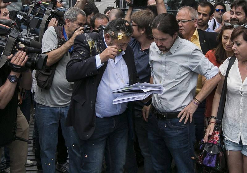 Huevazo contra uno de los representantes de los taxistas