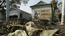 Ir al VideoEl huracán Katrina se convirtió en uno de los peores desastres naturales de Estados Unidos, murieron más de 1.800 personas