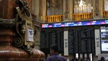 Ir al VideoEl IBEX 35 cierra plano y borra la subida superior al 3% con que recibió las medidas del BCE