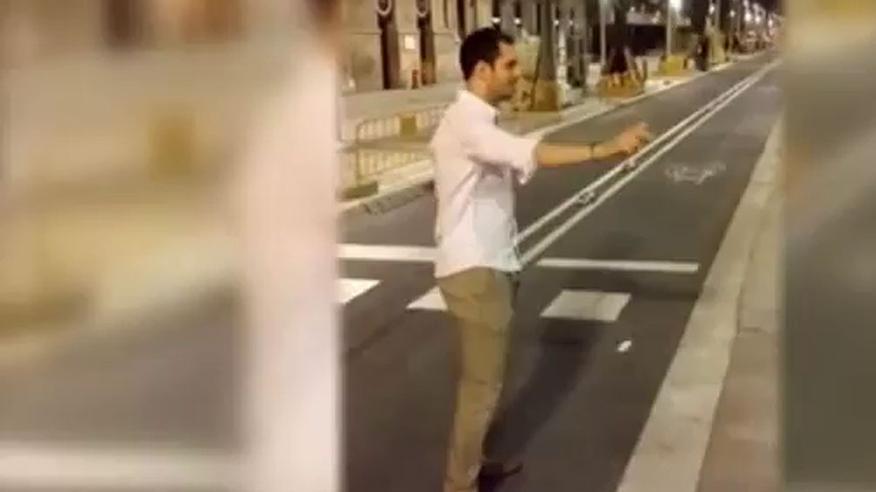 Libertad con cargos para el hombre que pateó a una mujer en Barcelona para grabarlo en vídeo