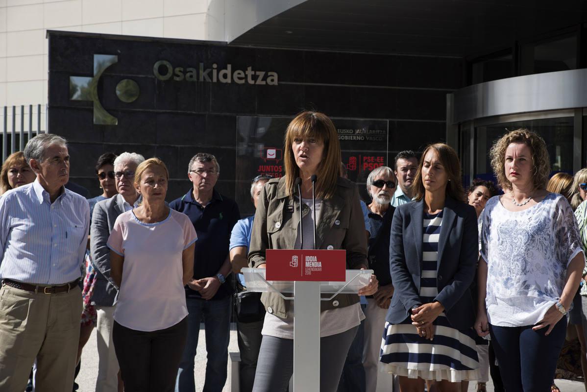 Idoia Mendia (PSE), en un acto electoral sobre Sanidad en la puerta del hospital de Vitoria