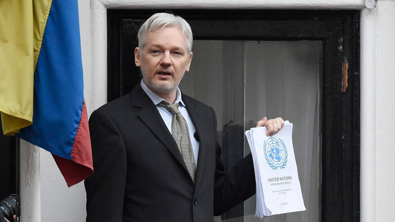 Imagen de archivo del fundador del portal WikiLeaks, Julian Assange, en el balcón de la embajada de Ecuador en Londres en febrero de 2016.