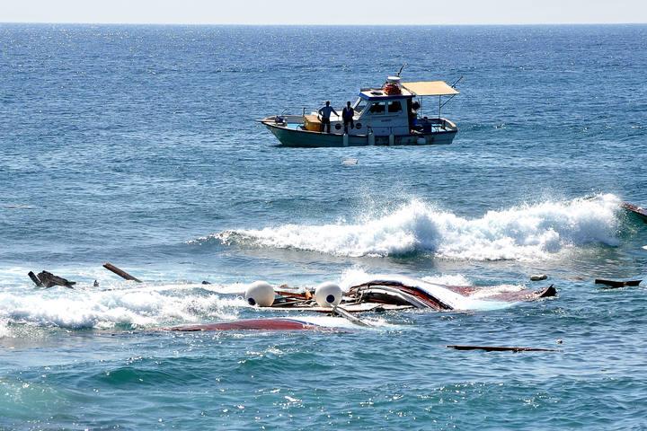 Imágen de archivo del rescate de una embarcación en las costas griegas