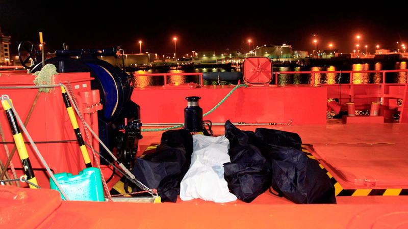 Imagen de archivo de una embarcación de Salvamento Marítimo que recuperó el pasado 1 de abril los cuerpos sin vida de cuatro personas fallecidas al naufragar la patera en la que viajaban