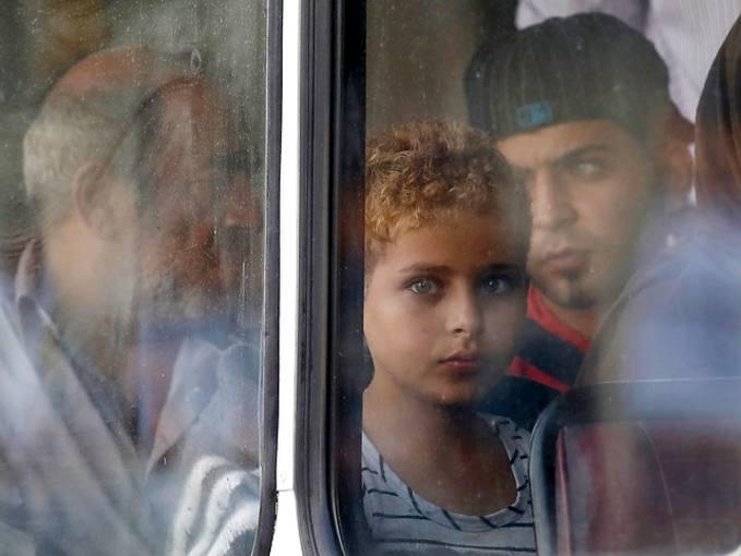 Imagen de archivo de Hamad Alroosan, inmigrante sirio de 10 años, mirando a través de la ventaña de un autobús en Malta.