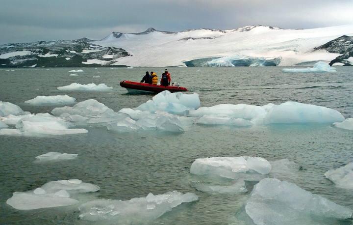 Imagen de archivo de una lancha ligera que recorre, entre trozos del deshielo, las aguas que rodean la Antártida.