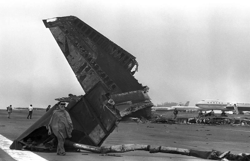 Imagen de archivo de miembros de las fuerzas de seguridad recogiendo restos y enseres de los aviones que colisionaron en el aeropuerto de Los Rodeos