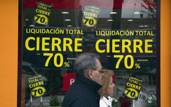 Imagen de archivo de una tienda de Madrid anunciando su cierre