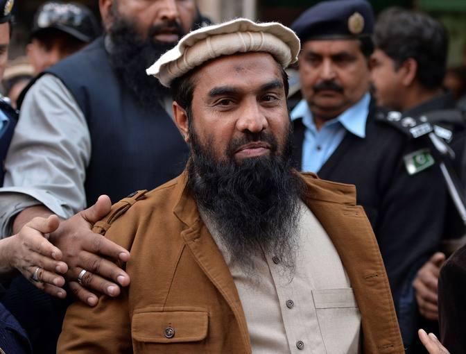 Imagen de archivo de Zakiur Rehman Lakhvi, escoltado por agentes pakistaníes el pasado 1 de enero de 2015.
