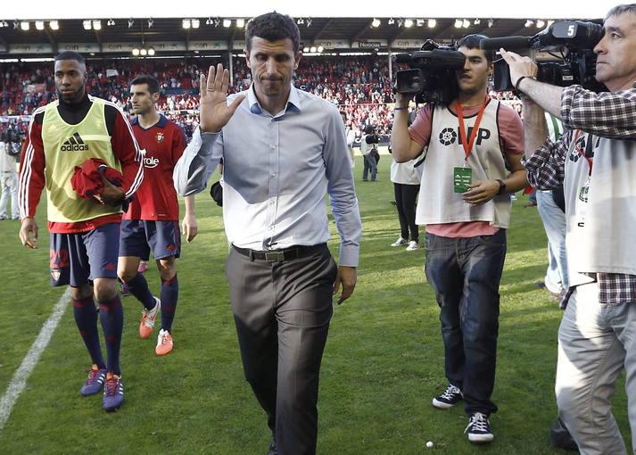 Imagen del exentrenador de Osasuna, Javi Gracia (c), al finalizar el último partido Liga.