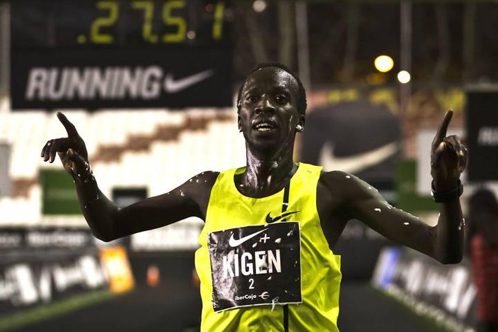 Imagen del keniano Mike Kigen entrando en meta.