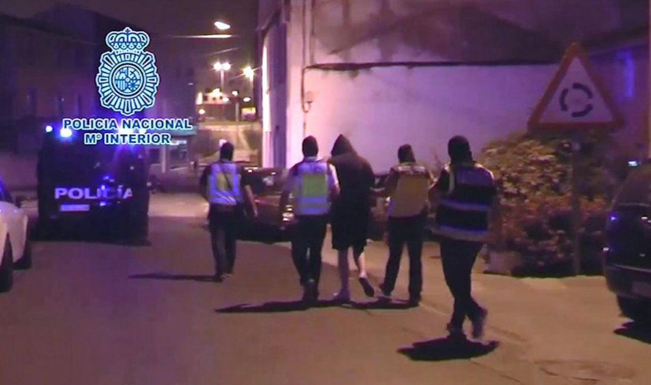 Imagen de la detención del hombre que vendía camisetas yihadistas en Narón, A Coruña.