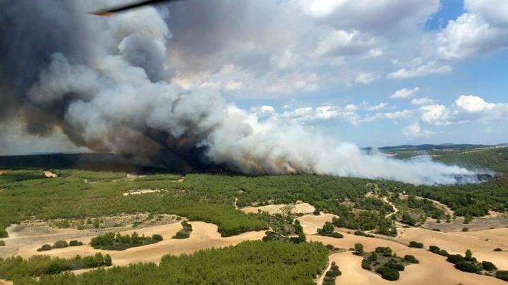 Imagen facilitada por el 112 de Murcia sobre un incendio forestal que se ha declarado en Almansa (Albacete).
