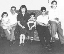 """Frank Zappa en su niñez rodeado por su familia, imagen incluida en sus """"Memorias"""""""