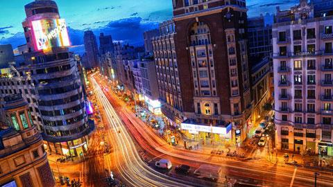 Ir al VideoImagen nocturna de la Gran Vía de Madrid