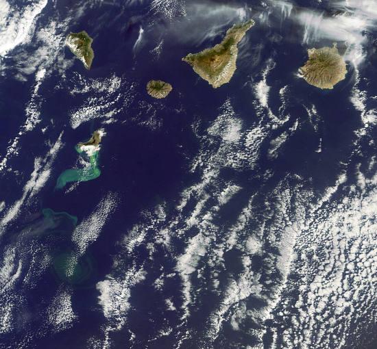 Imagen de satélite de noviembre de 2011 en la que se ve el volcán al sur de El Hierro en plena actividad.