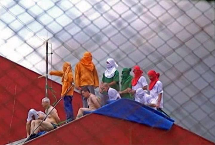 Imagen de televisión que muestra a los amotinados en la cárcel brasileña de Guarapuava
