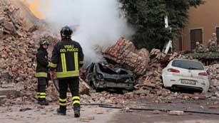 Miles de afectados por el terremoto pasan la noche en sus coches por miedo a las réplicas