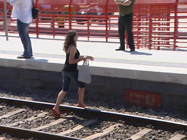 El día después de la tragedia en Castelldefels vemos a una persona cruzar las vías del tren
