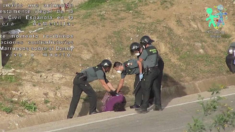 Imputan a ocho guardias civiles de Melilla por lesiones y trato degradante contra un inmigrante que trató de saltar la valla