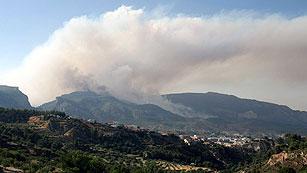 Un incendio entre Alcoy y Cocentaina obliga a desalojar a 200 personas