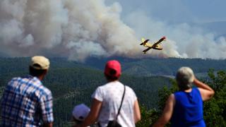 El incendio declarado en el centro de Portugal avanza hacia el norte y los bomberos luchan sin descanso contra las llamas