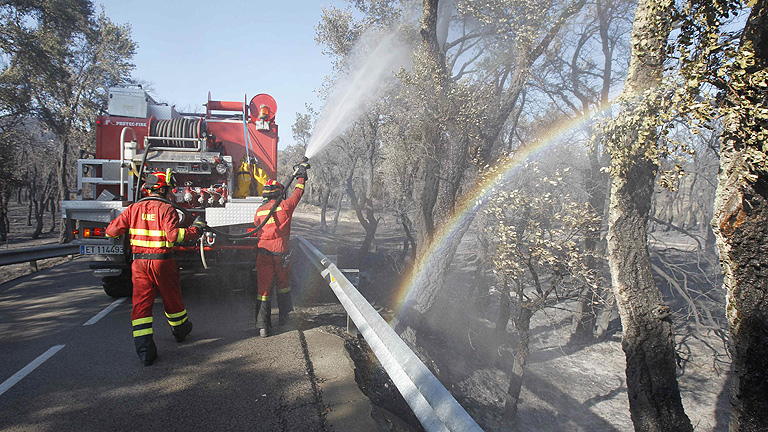 Los Bomberos centran sus esfuerzos en el área occidental del incendio del Empordà, ya en fase de control