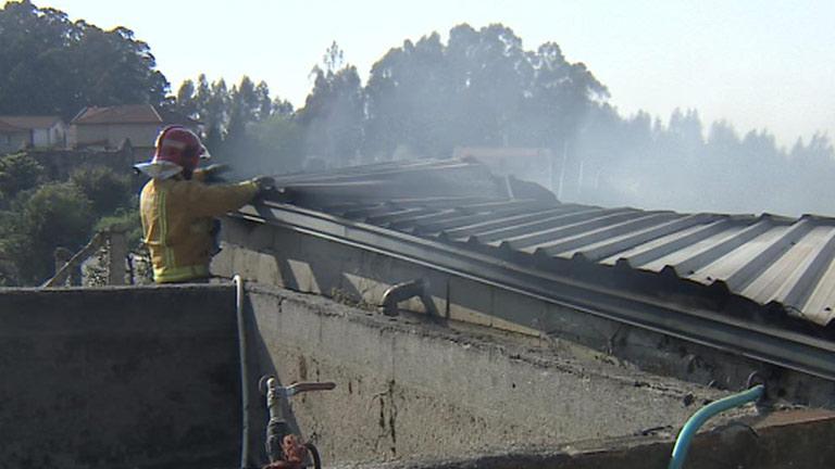 Siete heridos y un muerto  tras incendiarse una fábrica de madera en Pontevedra