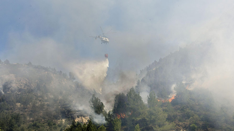 Los equipos de extinción siguen luchando contra el fuego en Vall'Ebo, en Alicante