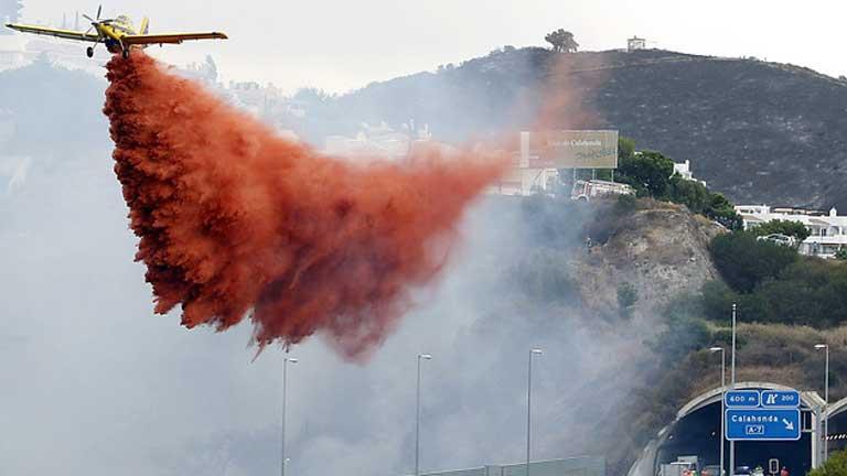 31 medios aéreos y 850 efectivos terrestres participan en el incendio de Málaga