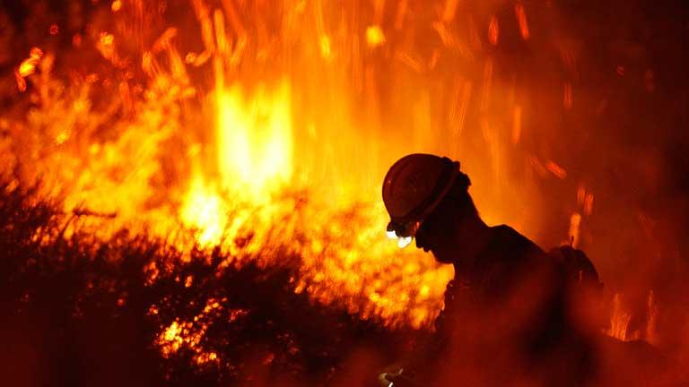 Un incendio amenaza a más de 4.000 viviendas en California