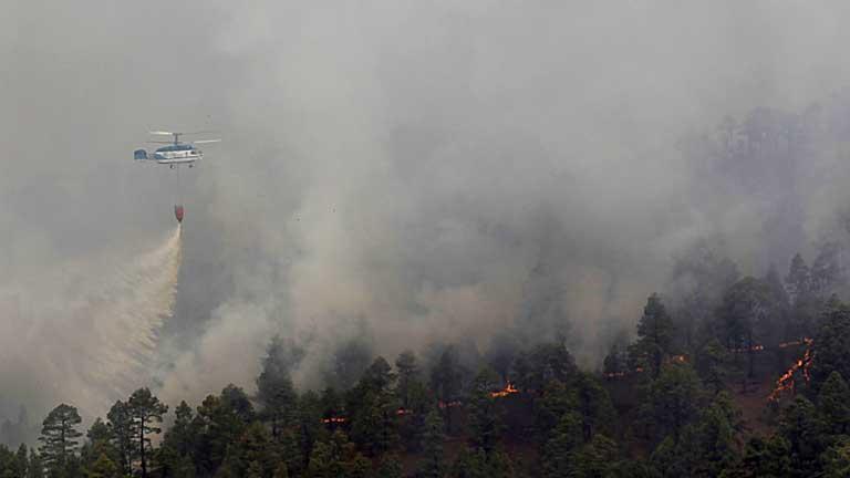 Evacuan a 1.800 vecinos de Vilaflor por el avance del incendio forestal de Tenerife
