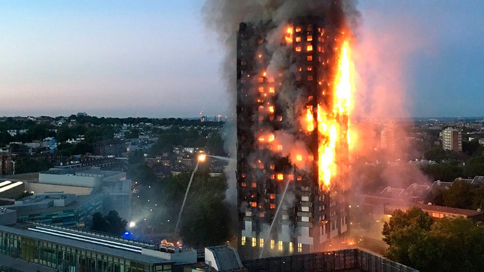Un incendio de grandes proporciones devora un edificio residencial de 27 pisos en Londres