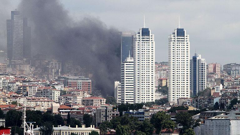 Incendio en la Torre Polat de 42 plantas en el centro de Estambul