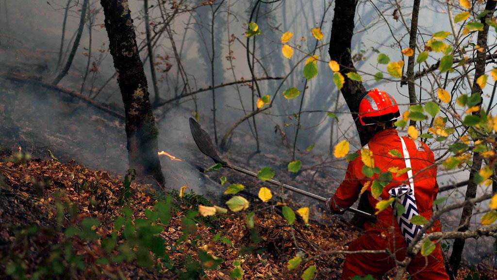 Los incendios en Asturias bajan a 27 y los vecinos regresan a sus casas