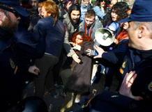 """Incidentes durante la protesta convocada por el colectivo """"Toma la plaza. 15M"""", en la Universidad Miguel Hernández, contra la presencia del expresident de la Generalitat Francisco Camps"""