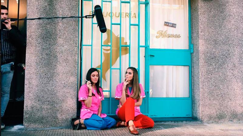 Inés en la peluquería Nieves en la adaptación argentina de Cuéntame cómo pasó