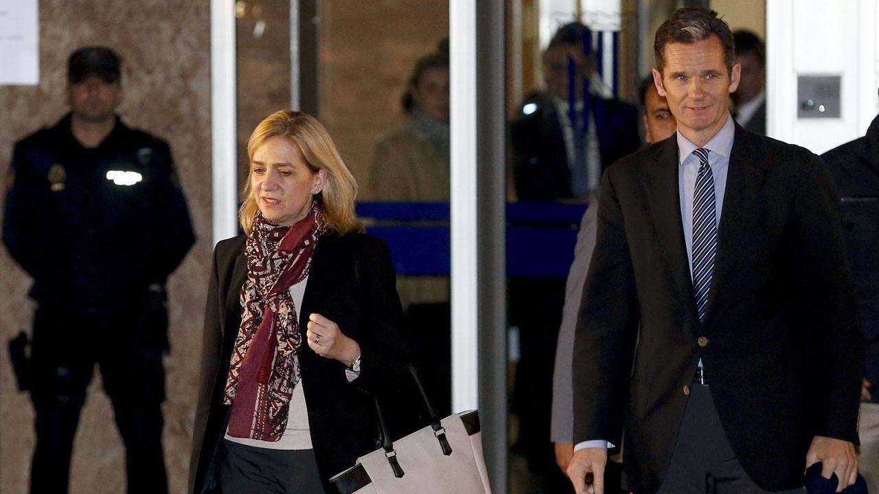 La infanta Cristina y su marido, Iñaki Urdangarin, abandonan el tribunal tras la primera sesión del juicio Nóos