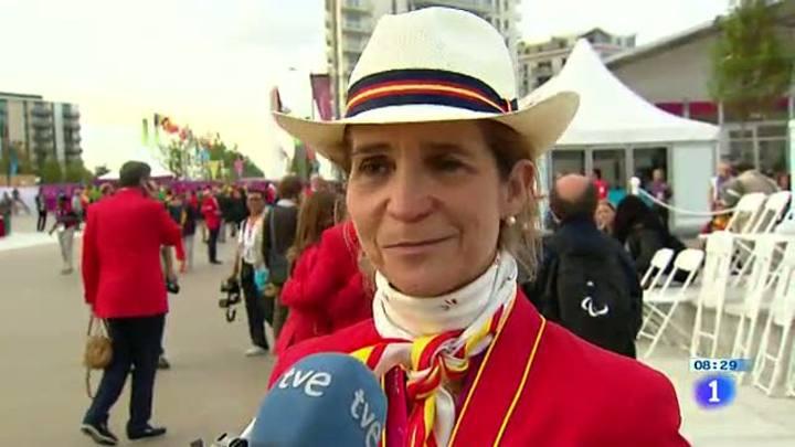 La infanta Elena anima a los atletas paralímpicos en Londres