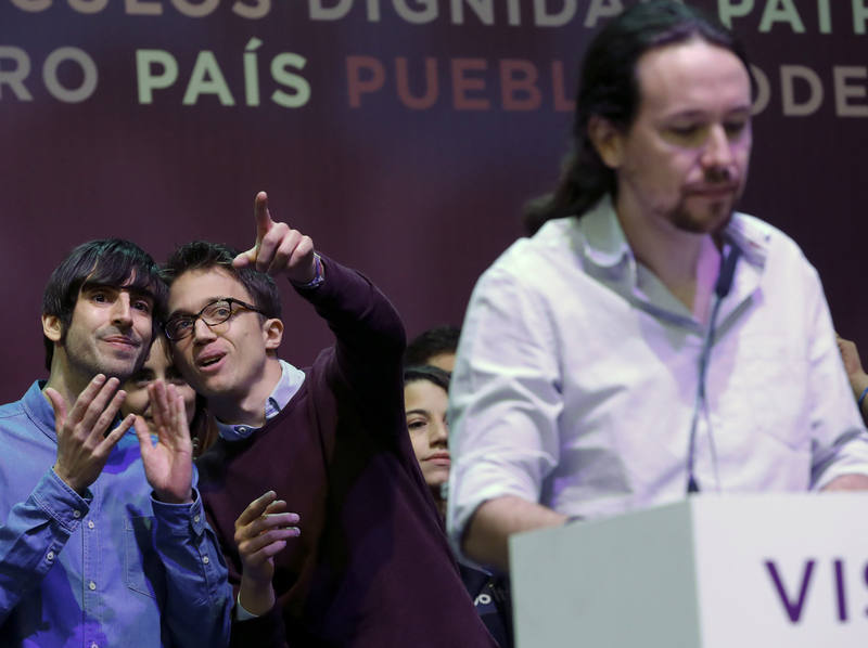 Íñigo Errejón conversa con Eduardo Maura durante el saludo inicial de Podemos en Vistalegre II