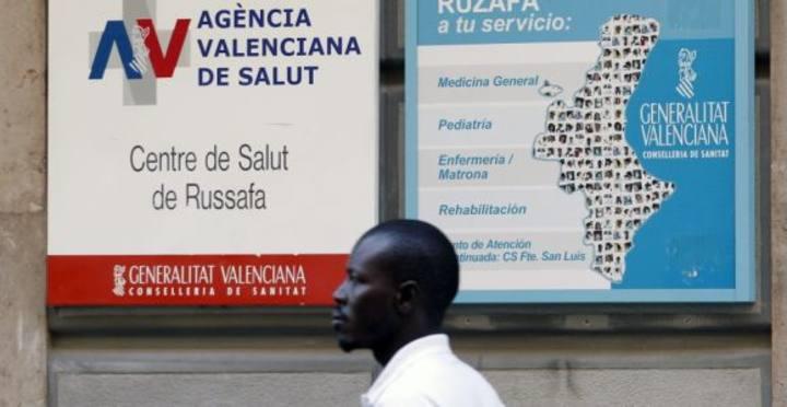 Un inmigrante acude a un centro de salud.
