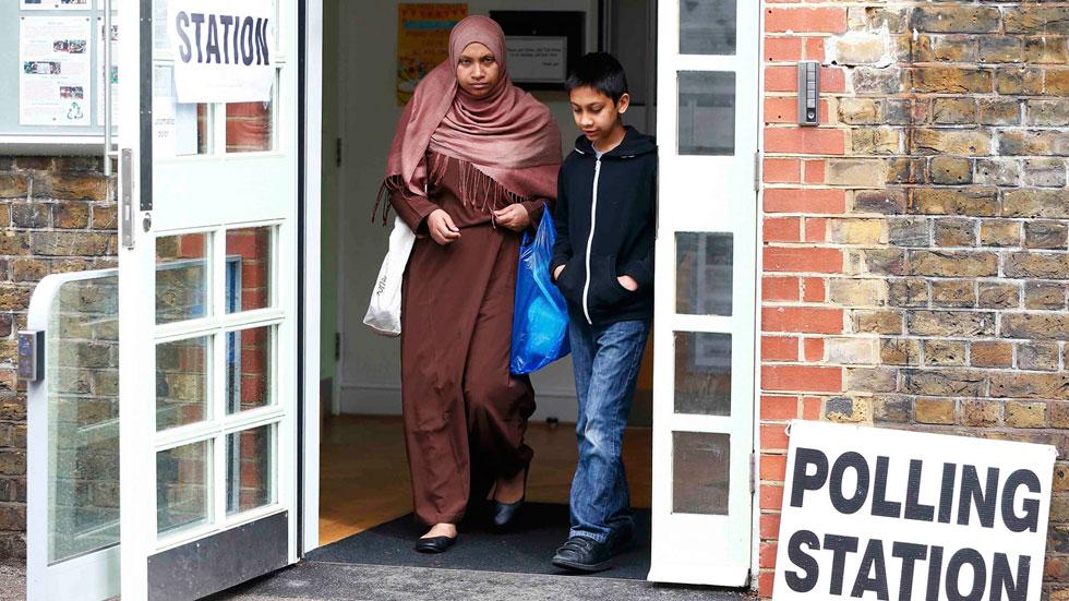 Los inmigrantes en Reino Unido esperan inquietos el resultado del referéndum del 'Brexit'
