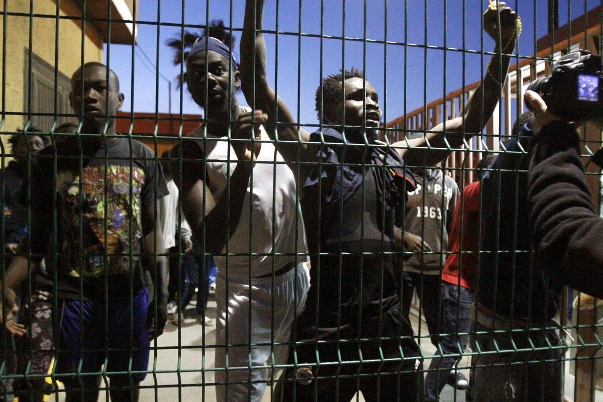 Inmigrantes subsaharianos en el Centro de Estancia Temporal de Inmigrantes (CETI) de Melilla