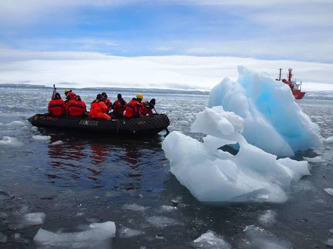 Integrantes de la 28ª Campaña Antártica del CSIC junto a un iceberg.